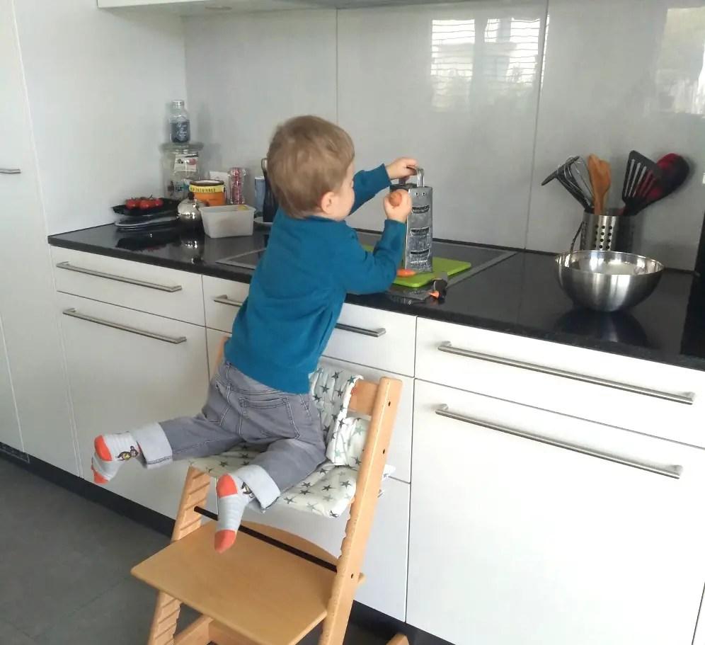 Kind tripp trapp, kochen, küche, gemeinsam, helfen raffeln