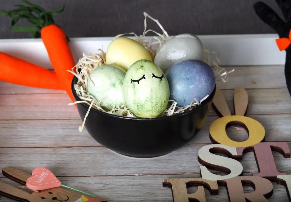 Ostereier färben natürlich Kinder ostern küche kurkuma heidelbeeren anleitung