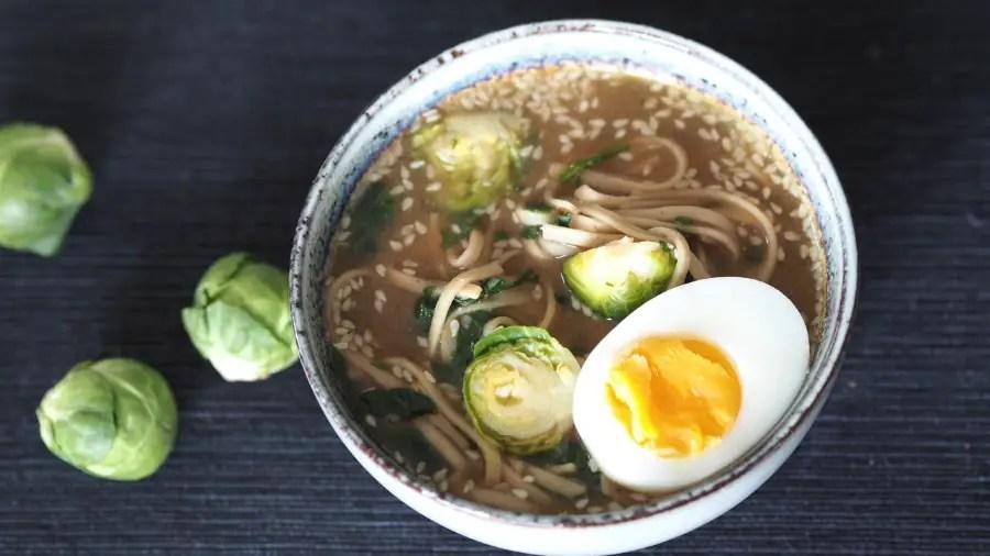 Ramen Nudelsuppe Rosenkohl vegetarisch schnell einfach japanisch ei rezept