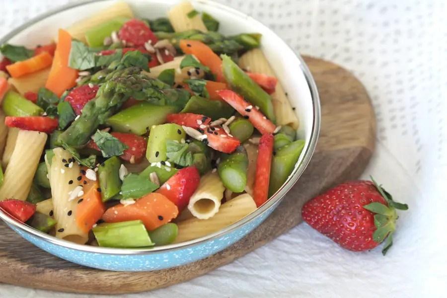 erdbeer spargel salat rezept karotten nudelsalat einfach vegan vegetarisch frühling blitzrezept resten