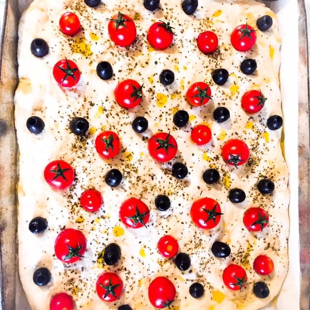 Focaccia senza impasto olive e pomodorini da cuocere
