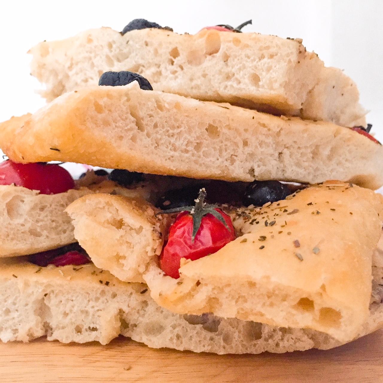 Focaccia senza impasto olive e pomodorini_fette laterali