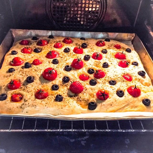 Focaccia senza impasto olive e pomodorini_in forno