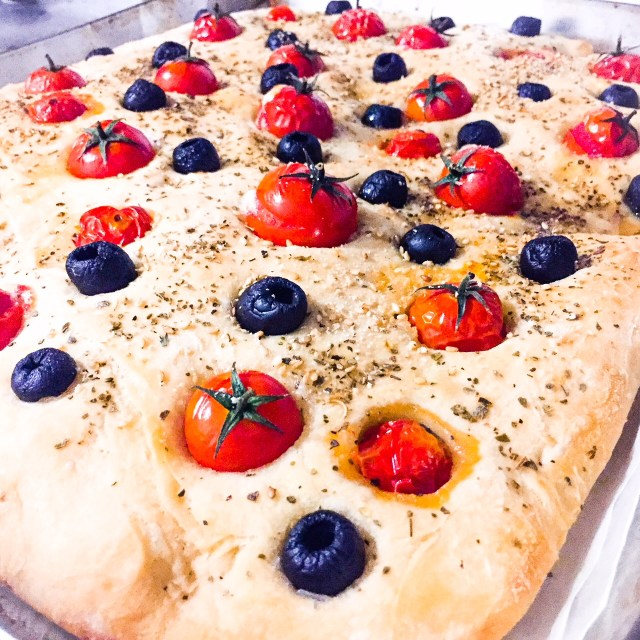 Focaccia senza impasto olive e pomodorini_prospettiva