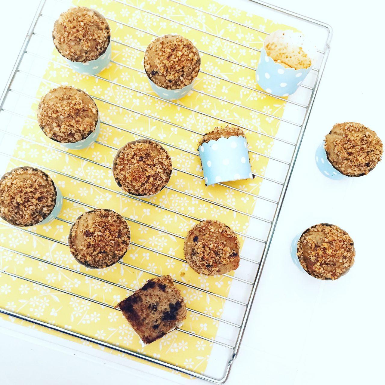 Muffin banane e cioccolato con noci cotti