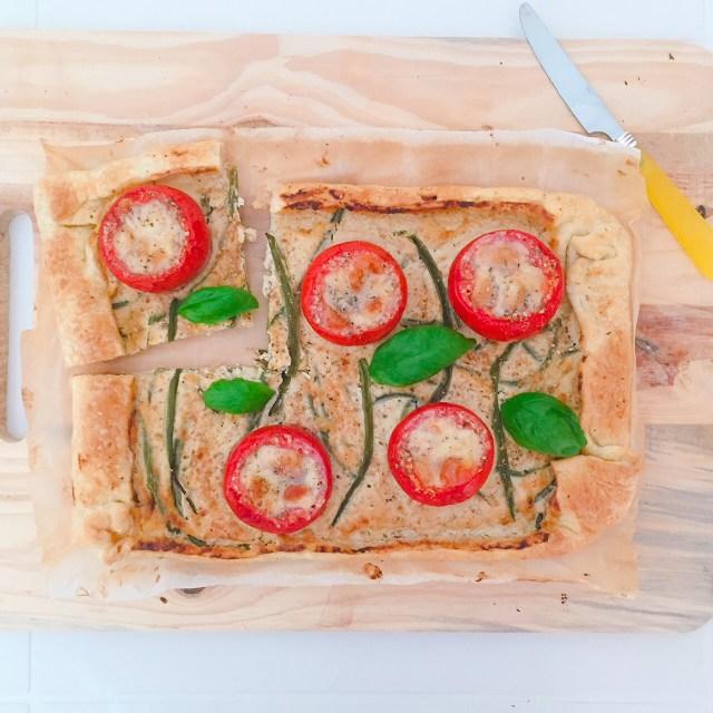 Torta di sfoglia ricotta fagiolini e pomodori ripieni con fetta