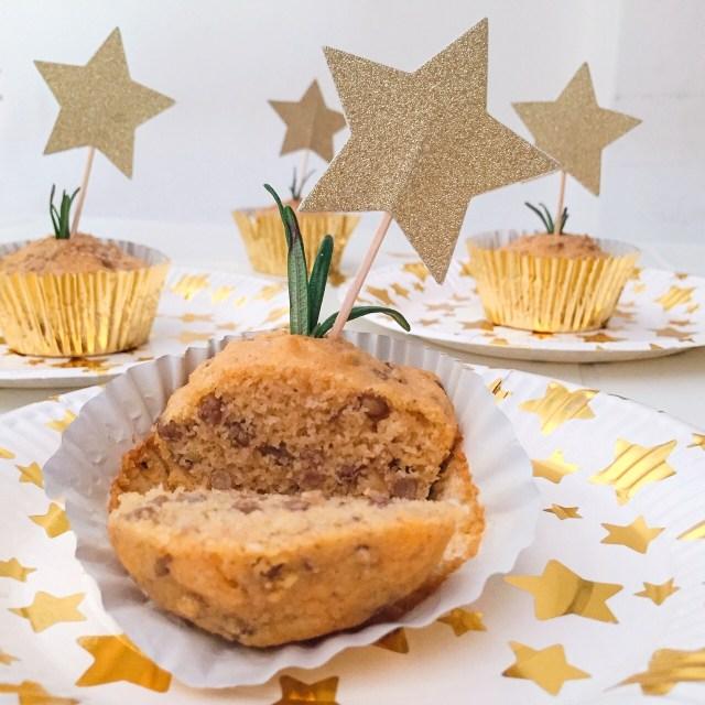Muffin con farina di mais, lenticchie e rosmarino tagliato