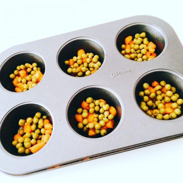 Frittatine da forno carote e piselli in stampo muffin