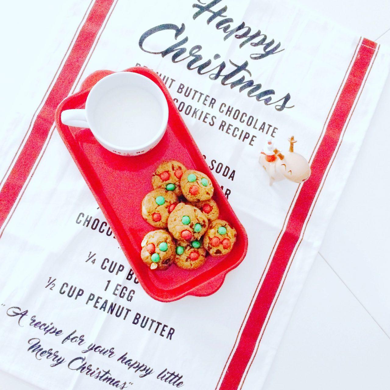 cookies con arachidi, gocce di cioccolato e M&M's