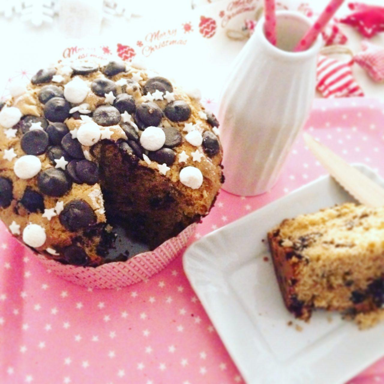 Mega muffin al cioccolato e arancia con fetta tagliata