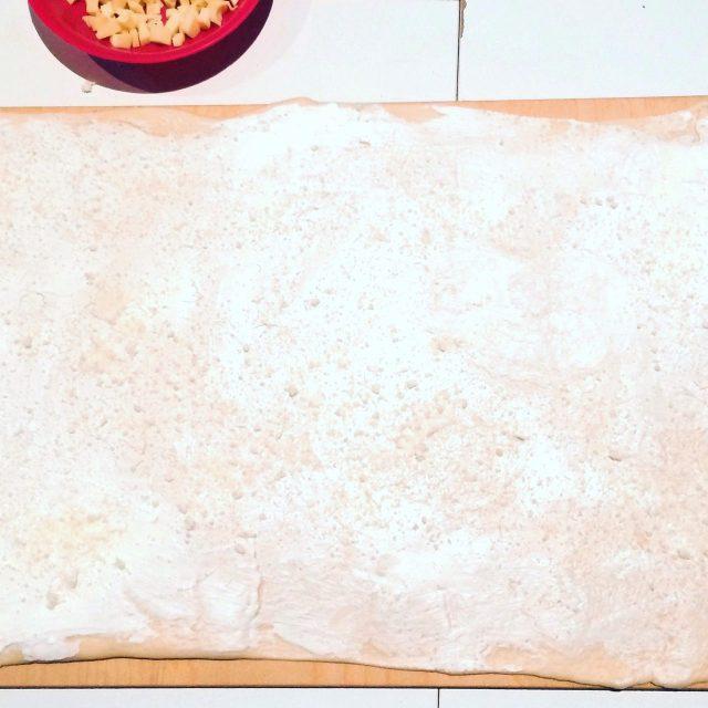 Ghirlanda di pane salata e lievitata e stesa