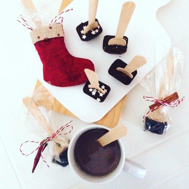 Cioccolata calda su stecco sciolta nel latte