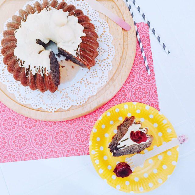 One bowl cake di carote viola, nocciola e cioccolato bianco_fetta dall'alto