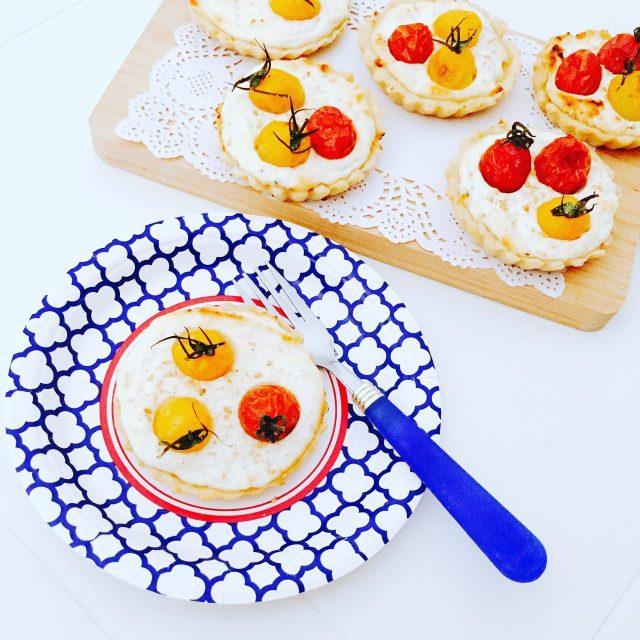 Tartellette semidolci ricotta yogurt e pomodorini dall'alto