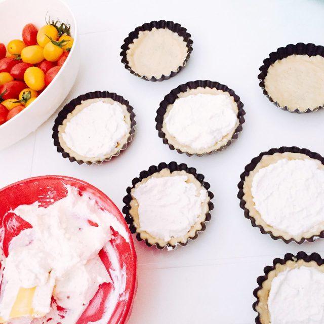 Tartellette semidolci ricotta yogurt e pomodorini_assemblaggio
