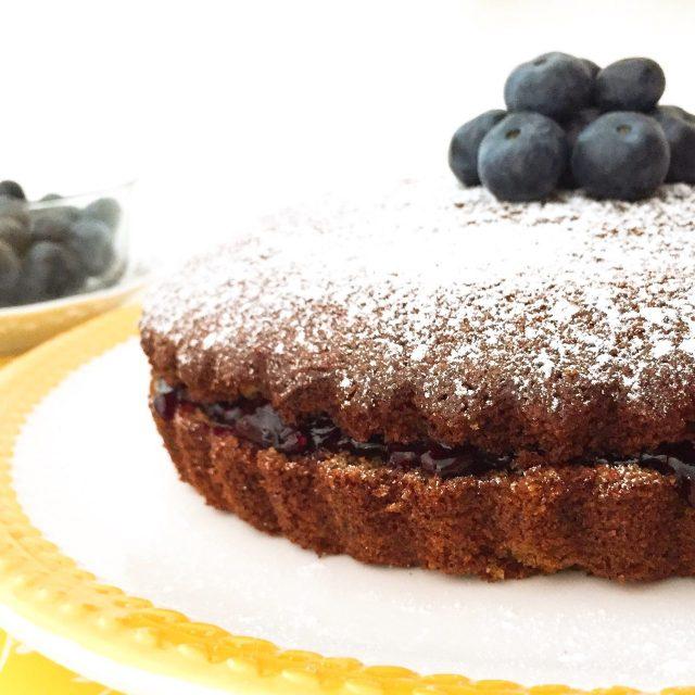 Torta morbida al grano saraceno e marmellata in primo piano