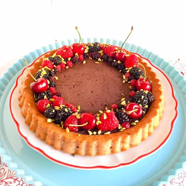 Crostata furba allo yogurt con ganache al cioccolato e ciliegie