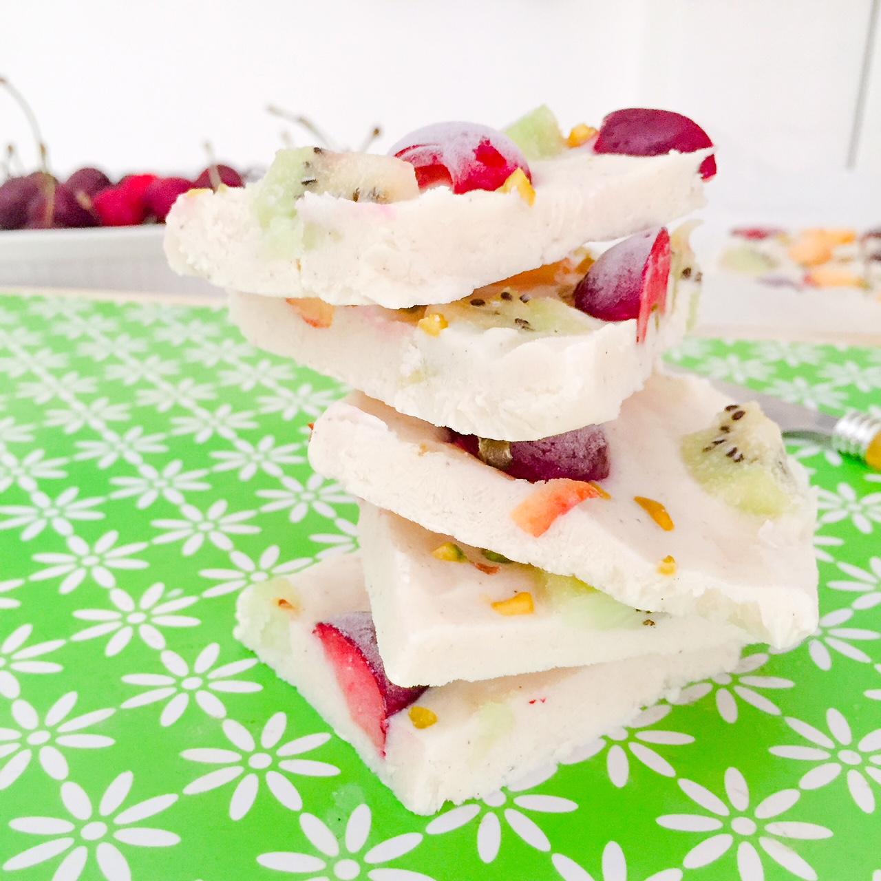 Frozen yogurt bark alla frutta in pezzi