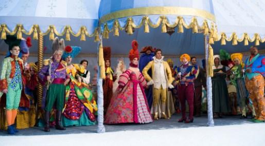 Entsetzen bei der Hochzeitsgesellschaft und Prinz Andrew (Armie Hammer, Mitte) , als Schneewittchen auftaucht und die schlagkräftigen Zwerge mitbringt