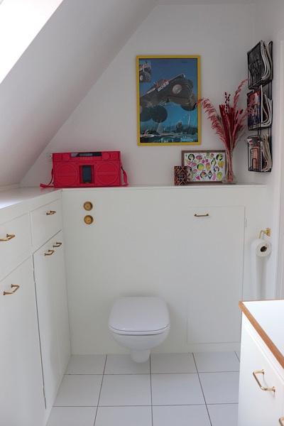 Badeværelse med masser af personlighed. En blanding af klassisk og spraglet indretning.
