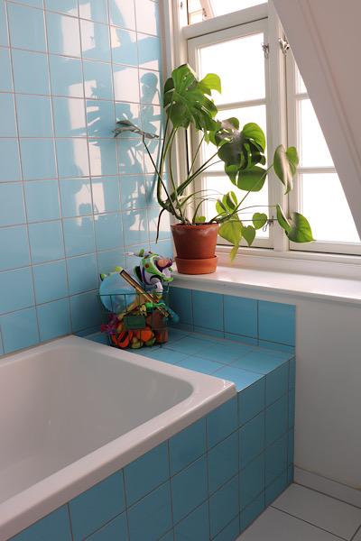 De blå fliser er med til at skabe den helt rigtige retro stemning og det indbyggede badekar er et must