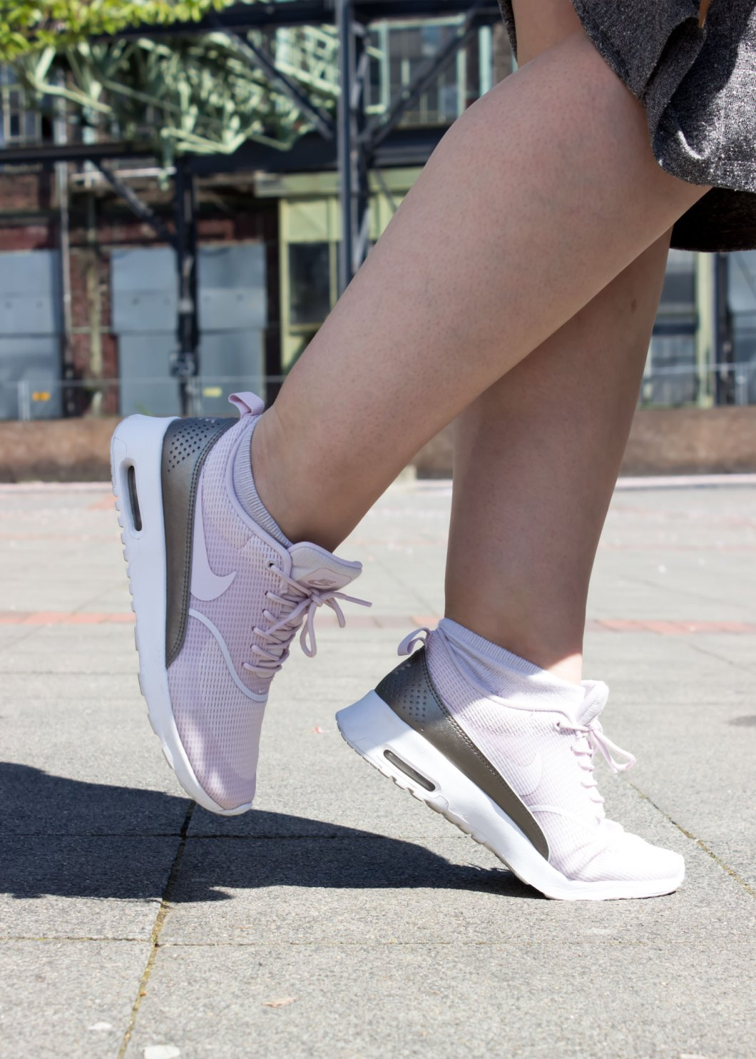 missesviolet-fashion-outfit-pinke-bomberjacke-und-nike-air-max-thea-mit-rock-4