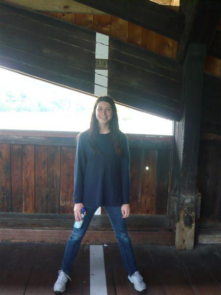 Viviane à cheval sur la ligne de frontière entre la Suisse et l'Allemagne