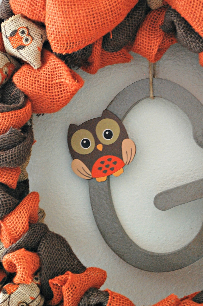 DIY Burlap Owl Wreath for Fall | missfrugalfancypants.com