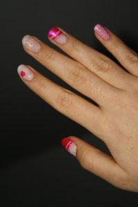 Nail art rose, brillant et paillettes