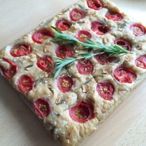 Focaccia aus Hefeteig mit Rosmarin und Tomaten