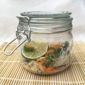 Gesunde Suppe im Glas schnelles Essen fürs Büro