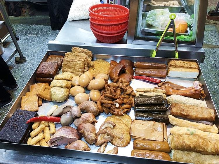 台中西區美食 曾記小吃 向上市場 傳統小吃 台北米粉湯老店 肉絲炒飯 炒麵 夜貓子宵夜場 營業到凌晨一點