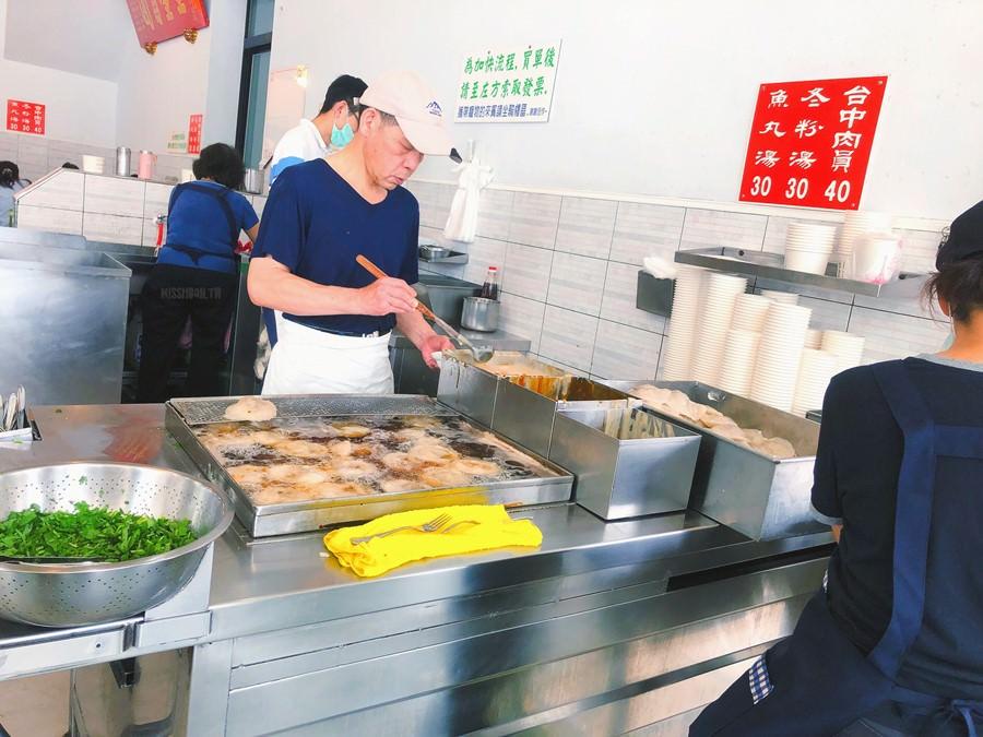 台中南區美食【台中肉員】沒錯!就只賣肉圓與冬粉湯&魚丸湯而已!在地老店小吃!人潮超多!近台中火車站