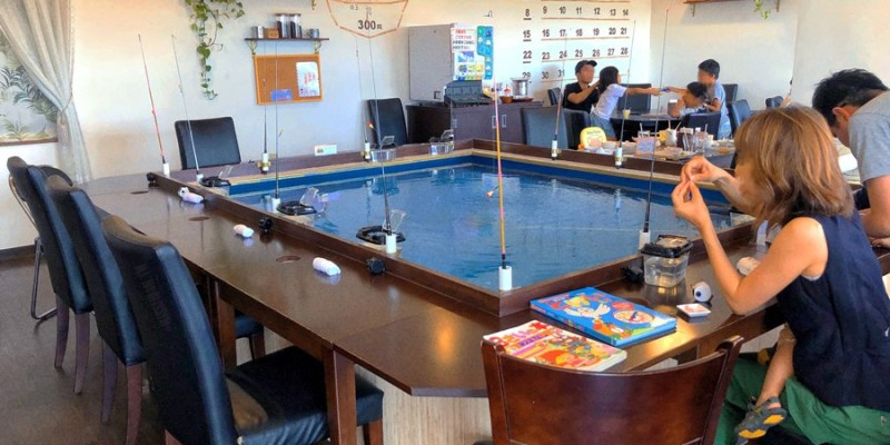 沖繩系滿美食【CAFE de 釣り】室內釣小魚體驗超有趣!現釣現炸來吃!親子互動DIY體驗!