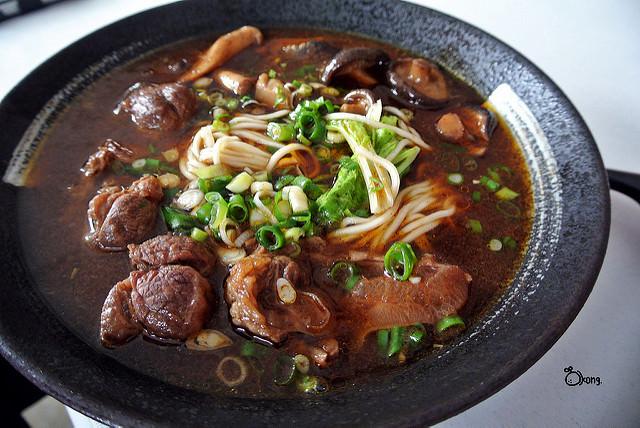 台中新社美食 明哥香菇牛肉麵 第一次吃到這麼多香菇的牛肉麵 香菇街形象商圈