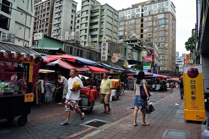 捷運民權西路站景點【晴光商圈】晴光市場&雙城美食街一次逛透透!北部最大的舶來品集散地!