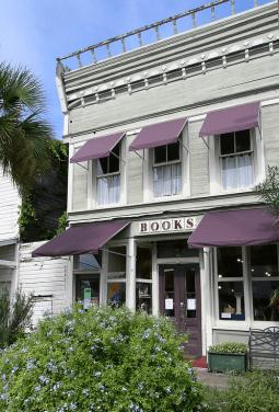Книжный магазин на одной из улиц маленького города во Флориде. Источник https://www.flickr.com/photos/blackdoll