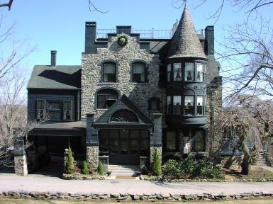 Дом в стиле Gothic Revival, с отделкой из камня и башенкой. Источник https://watchingshadowsonthewall.wordpress.com/2012/04/