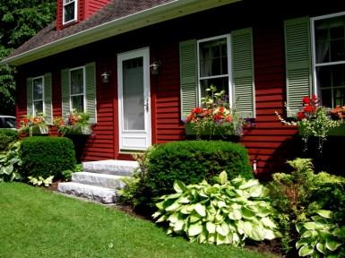 Красивый палисадник перед домом в стиле Colonial. Источник carolynsshadegardens.com