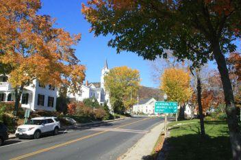 Тихая улица в церковью в типичном северо-американском городке Кэмден (штат Мэн). Источник living-in-stuttgart.com