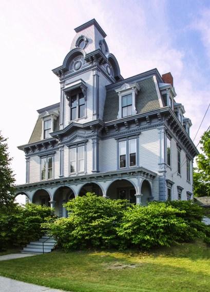 Дом в стиле Second Empire архитектора Charles A. Jordan построен в Оберне, штат Мэн в 1880 году. Источник en.wikipedia.org
