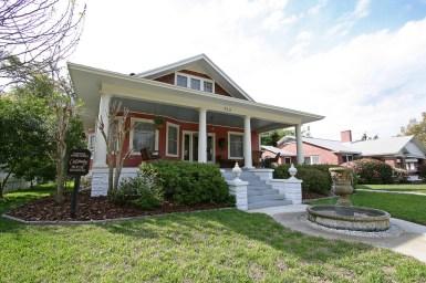 Построенный в 1911 году, этот дом имеет в себе признаки сразу двух стилей — колониального возрождения и бунгало. Источник https://www.flickr.com/photos/blackdoll/3396275575/