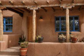Современный дом в стиле Pueblo Revival. В доме прослеживаются индейские, испанские и французские стили. Расположен в Санта-Фе. Источник http://santafeproperties.com/