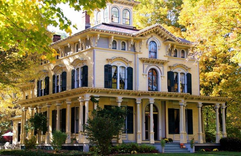 Дом в стиле Italianate с башенкой в центре. Расположен в городе Нью Хартфорд, штат Коннектикут и был построен в 1866 году. Находится на Church Street 55, занесен в Национальный регист исторических архитектурных ценностей. Цена: $699,900. Источник historical-home.com