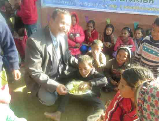 rajendra-is-feeding-to-the-lost-children-he-is-taking-food-twice-in-a-few-minutes-different