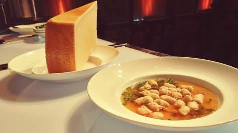 Un bouillon réconfortant, des quenelles de volaille, du persil et du Parmigianio. Du bonheur à 100%