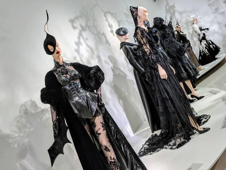 La collection Belle de nuit et Belle de jour. Exposition Thierry Mugler Couturissme