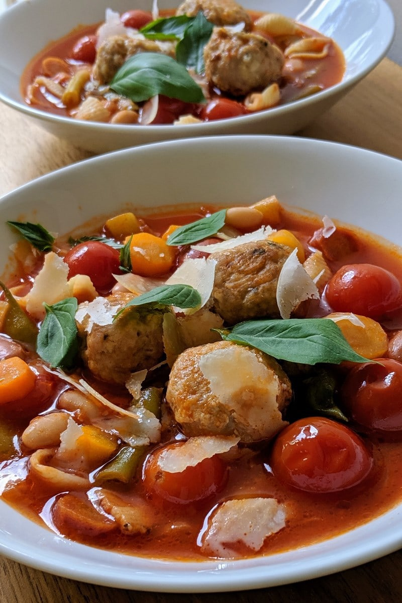 Soupe Minestrone réconfortante avec des boulettes de dindons