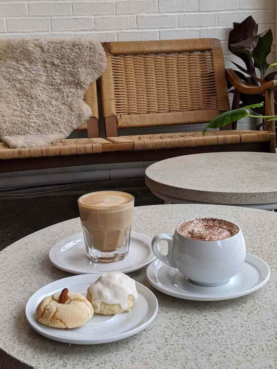 un espace des plus cozy pour prendre un café au Parma café Jean-Talon