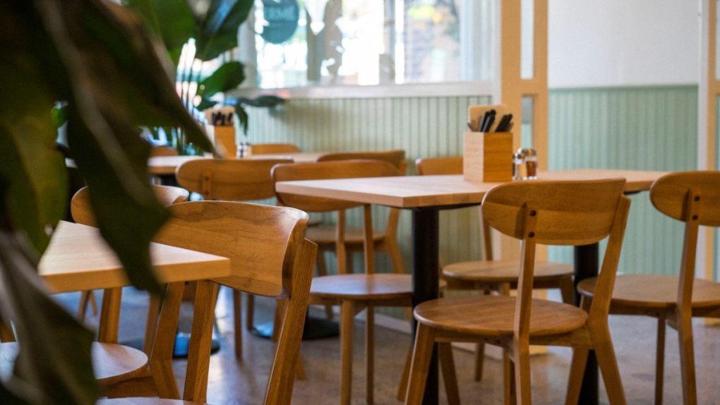 Les meubles raffinés du Parma Café Jean-Talon et les murs Vert Coeur de Céleri
